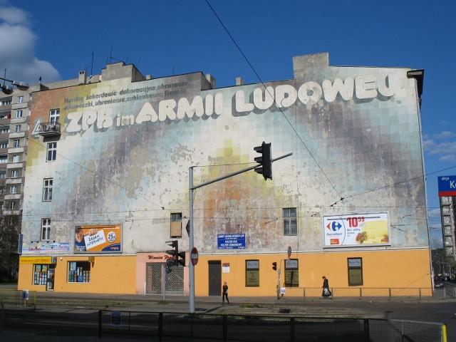 Znakomity przykład muralu trzeciej generacji: funkcja informacyjna sprowadzona do minimum, a ekspresja twórcza artysty postawiona na pierwszym miejscu.   Reklama została zaprojektowana i zrealizowana w 1986 roku przez Andrzeja Feliksa Szumigaja, czerpiącego natchnienie z nurtu op-artu i stanowi najlepszy przykład muralu trzeciej generacji.