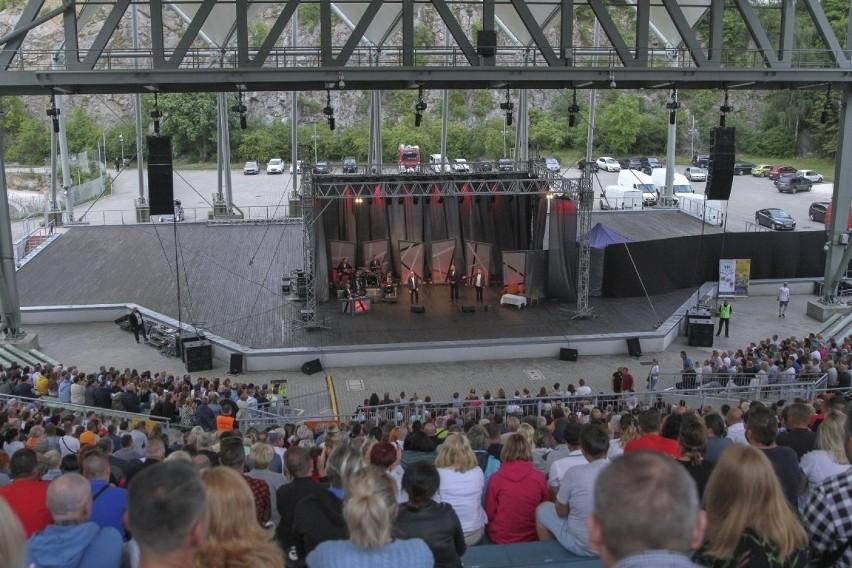 Tłumy ludzi na w amfiteatrze na kieleckiej Kadzielni...