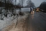 Borowina: Mercedes uderzył w drzewo i wpadł do rowu. Trzy osoby ranne