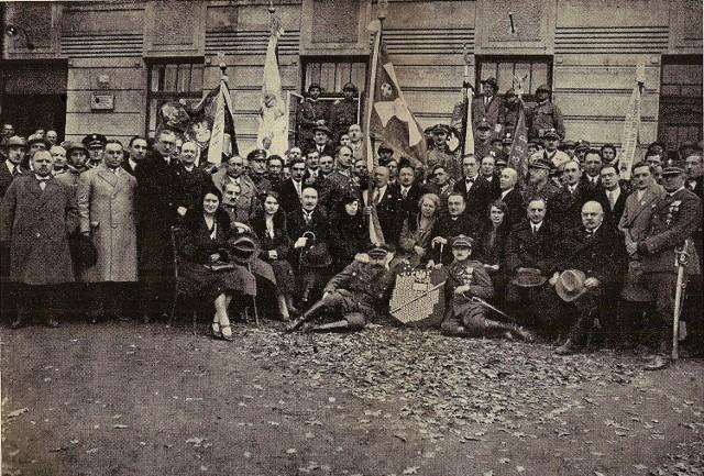 Uroczystości poświecenia sztandaru Oddziału Związku Legionistów Polskich w Brzeszczach. Pierwszy od prawej strony siedzi z jasnym kapeluszem w ręku burmistrz Oświęcimia Roman Mayzel.