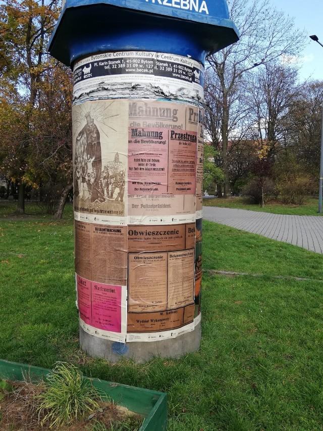 """W przestrzeni miejskiej, m.in. na placu Akademickim, zagościła interesująca wystawa """"Historie z plakatu – plebiscyt na Górnym Śląsku""""."""