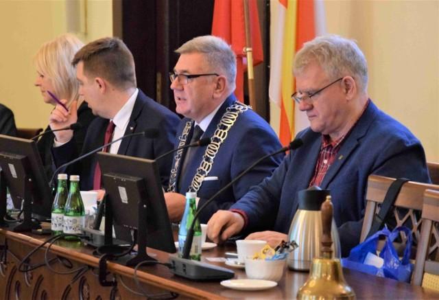 Głos w dyskusji nad projektem uchwały zabierał m. in. Tomasz Marcinkowski (drugi z prawej)