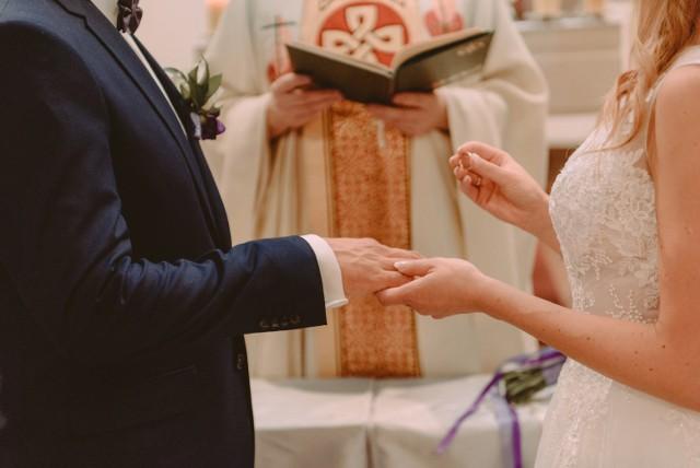 """Planujesz ślub kościelny? Sprawdź, co w ceremonii na pewno nie przejdzie! W diecezji płockiej powstał dokument z zakazami, nakazami i wskazówkami dla osób chcących zawrzeć małżeństwo w kościele. Kto wie, czy inne diecezje nie pójdą tym śladem.  Wszystkie cytaty pochodzą z """"Instrukcji Biskupa Płockiego o przygotowaniu i sprawowaniu sakramentu małżeństwa""""."""