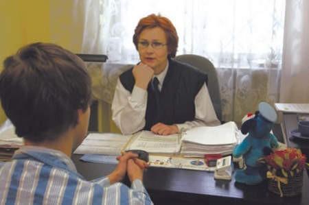 Komisarz Alina Drobniak kierowniczka Izby Dziecka rozmawia z jednym zatrzymanych nieletnich.