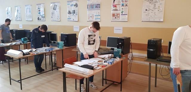 """Egzaminy zawodowe w jędrzejowskim """"Grocie"""". Z zadaniami praktycznymi i pisemnymi zmierzyło się kilkudziesięciu uczniów."""