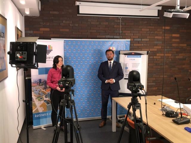 Konferencja prasowa, na której prezydent Marcin Krupa i Agnieszka Lis, pełnomocnik prezydenta ds. organizacji pozarządowych, przedstawili założenia Katowickiego Pakietu NGO.   Zobacz kolejne zdjęcia. Przesuwaj zdjęcia w prawo - naciśnij strzałkę lub przycisk NASTĘPNE