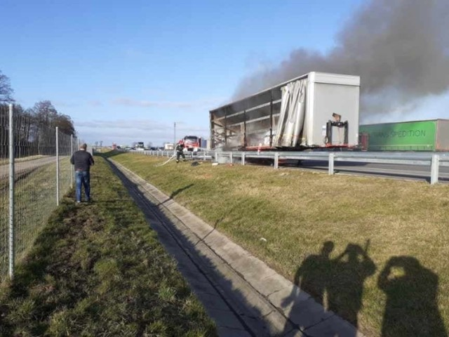 Do pożaru ciężarówki doszło w poniedziałek, 20 stycznia, na drodze S3, na wysokości Niedoradza. Ciężarówka zapaliła się podczas jazdy.  W ogniu stanęła naczepa ciężarówki. Na miejscu już strażacy. Ciągnik został już odłączony. Na szczęście, nikomu nic się nie stało. Droga w kierunku Nowej Soli została zablokowana.  Zobacz też: Pożar ciężarówki na S3 niedaleko mostu w Cigacicach