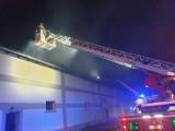 W ogniu stanęła hala stolarni w Boronowie. W okolicy są domy i stacja benzynowa