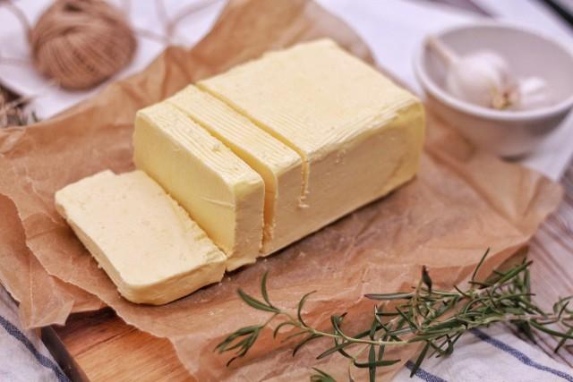 Czym zastąpić masło?  Istnieje wiele powodów, dla których warto zamienić masło w przepisach na ciasto czy jako smarowidło na kanapce. Zamienników masła szukają nie tylko osoby na diecie eliminacyjnej (głównie bezlaktozowej i bez białek mleka krowiego), ale także osoby, które chcą bardziej kontrolować poziom cholesterolu, nie przepadają za smakiem masła albo po prostu zapomnieli je kupić.   Masło to ważny składnik wielu wypieków, jednak nie oznacza to, że jest niezastąpione w przygotowaniu domowych ciast. Istnieją sposoby na zastąpienie tego składnika. Smażenie, pieczenie i gotowanie a nawet robienie kanapki bez masła jest całkowicie możliwe dzięki tym łatwym zamiennikom, które prawdopodobnie każdy ma w swojej kuchni.  Sprawdź TOP 12 najlepszych zamienników masła na kolejnych slajdach galerii >>>>>
