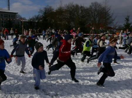 Tym razem młodzi biegacze rywalizowali w iście zimowej scenerii. Fot. Marcin Pacyno