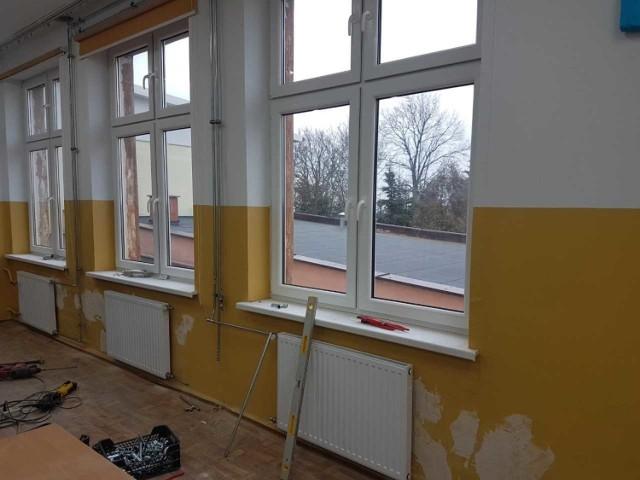 Remont trwa w Szkole Podstawowej w Krusinie. Za 700 tys. złotych wymieniona zostanie między innymi stolarka okienna i drzwiowa oraz ocieplenie budynku