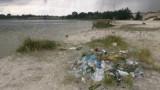 """Plaża nad Pogorią to już śmietnik - a to dopiero początek sezonu! Mowa o dzikiej plaży przy """"czwórce"""" [LIST INTERNAUTY]"""