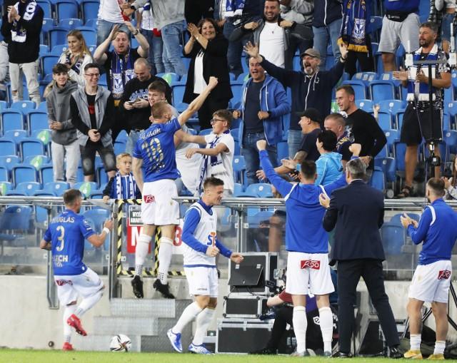 Bartosz Salamon cieszący się wraz z kibicami. Dla obrońcy Kolejorza była to druga bramka zdobyta w barwach niebiesko-białych. Wcześniej ta sztuka udała mu się w marcu tego roku w meczu przeciwko Pogoni Szczecin.