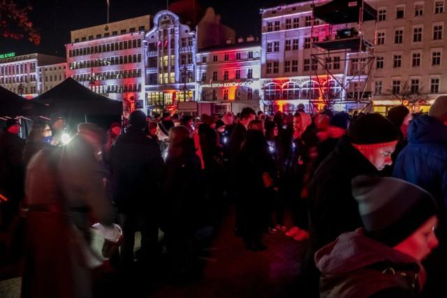 Efekty pirotechniczne, laserowe i świetlne najnowszej generacji - tak wyglądał pokaz Światło Zwycięstwa Poznań 2019 na placu Wolności w Poznaniu. Widowisko historyczne przyciągnęło tłumy poznaniaków.  Kolejne zdjęcie --->