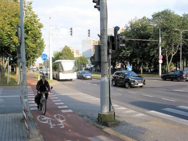 Na ul. Szczecińskiej zachowało się 9 słupów trakcji trolejbusowej, w tym 4 na skrzyżowaniu z ul. Dunikowskiego, gdzie służą jako maszty sygnalizacji świetlnej, a rowerzystom nie przeszkadzają