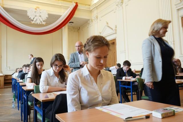 Egzamin z poziomu podstawowego rozpocznie się o 9:00 i potrwa maksymalnie 170 minut. O 14:00 wszyscy chętni maturzyści zmierza się z poziomem rozszerzonym.