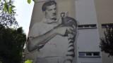 Arkady Fiedler spogląda na mieszkańców z okazałego muralu
