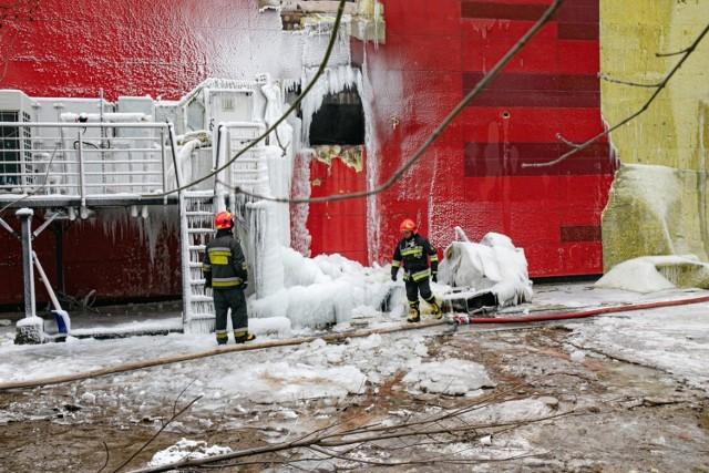 W miejscach gdzie strażacy wybili dziury, żeby lać wodę z działek powstały zamarznięte formy przypominające wodospady.