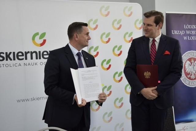 Miasto Skierniewice oraz inne samorządy z powiatu skierniewickiego i rawskiego podpisały umowy z wojewodą łódzkim na dofinansowania