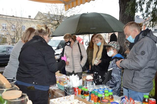 """""""Zwierzoluby"""" wraz z paniami z """"Ryneczku Żagań"""" przygotowały kiermasz charytatywny na rzecz bezdomniaków"""