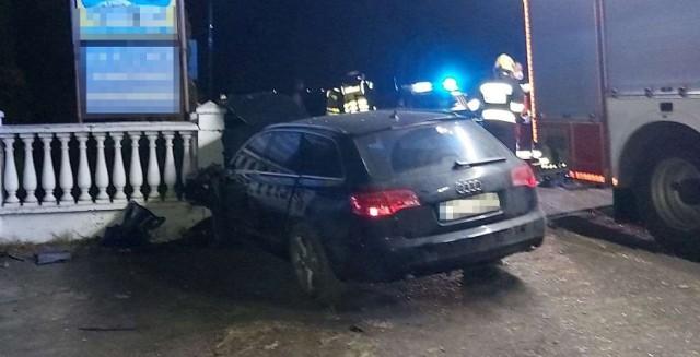 25-letni kierowca w stanie nietrzeźwości wjechał w ogrodzenie posesji i uderzył w zaparkowany tam samochód.