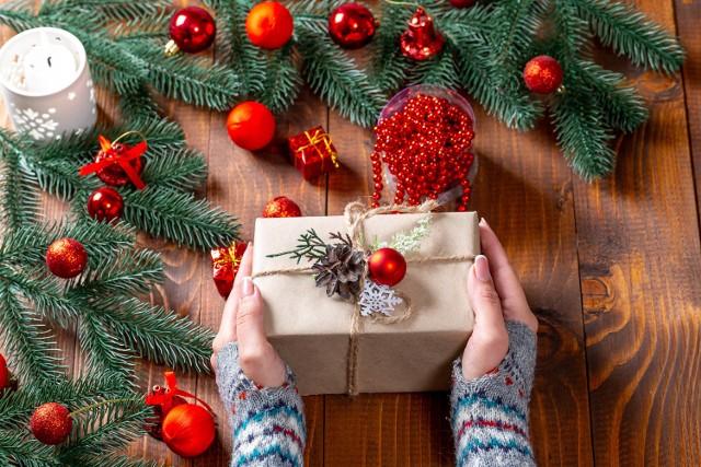 Co można podarować dzieciom pod choinkę. Jaki kupić dzieciom prezent na Boże Narodzenie? Co dać dzieciom na Mikołajki? Inspiracje na prezent dla dziecka.
