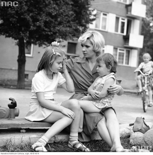 Matka z dwójką dzieci na placu zabaw w Warszawie, 1979-08-23.
