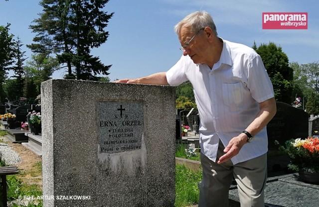 Kazimierz Niemierka w miejscu pochówku Erny Orzeł na cmentarzu przy ul. Przemysłowej w Wałbrzychu
