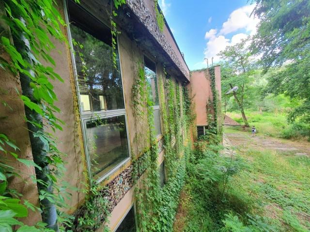 Opuszczony ośrodek wypoczynkowy w Wielkopolsce. Jak dziś wygląda? Zobacz na kolejnych zdjęciach.