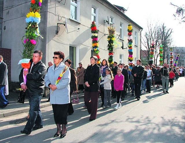 W Niedzielę Palmową ulicami Międzyborza przeszedł pochód z czternastowa kilkumetrowymi palmami