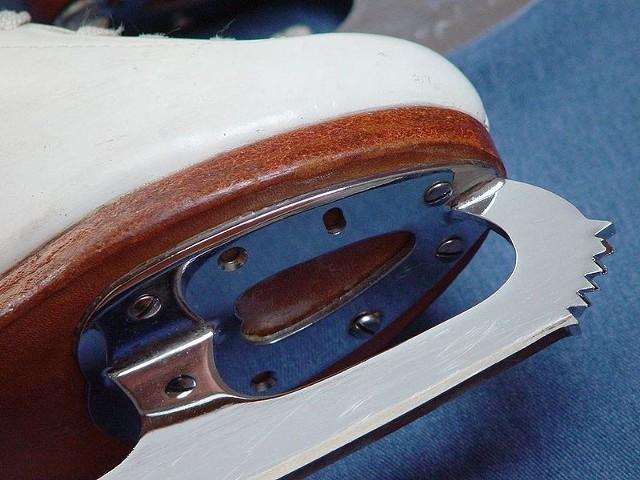Źródło: http://commons.wikimedia.org/wiki/File:Figure-skates-2.jpg