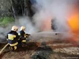 Burzyn. Pożar w zakładzie drzewiarskim koło Tuchowa. Ogień strawił wiatę magazynową, a w niej m.in. ciągnik i wózek widłowy [ZDJĘCIA]