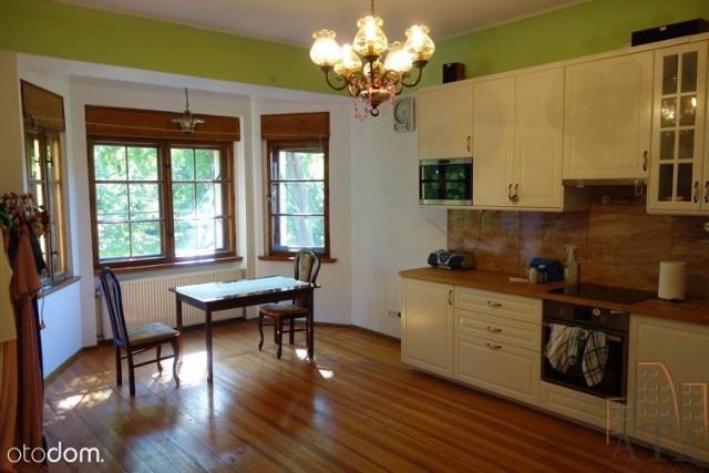 Opis  Do sprzedania wyjątkowe mieszkanie o powierzchni 236,57m2 zajmujące 2 poziomy w kameralnym budynku wielolokalowym z pięknie zagospodarowanym ogrodem na wrocławskim Brochowie.  Mieszkanie urządzone w klimatycznym stylu, jedyne i niepowtarzalne.   Nieruchomość posiada wielki potecjał - możliwość użytkowania jako dwa odrębne lokale mieszkalne na dwóch poziomach, jako jeden wielki apartament lub wyodrębnienie kilku mikroapartamentów.  Rzuty lokalu wraz z powierzchniami na załączonych zdjęciach.  Istnieje możliwość zakupu całego budynku wraz z wynajętą częścią komercyjną w piwnicy oraz na parterze na okres ok. 2 lat co stanowi bardzo dobrą inwestycję i stały miesięczny przychód.  Świetna lokalizacja zarówno dla rodziny jak i jako inwestycja pod wynajem.   CENA: 1 300 000zł do negocjacji.  Zainteresowane osoby zapraszam do kontaktu.  Doradca ds. nieruchomości:  Marcin Głuszczak 608 363 326  link do oferty:   https://www.otodom.pl/pl/oferta/mieszkanie-237m2-brochow-duzy-potencjal-eng-ID47nyW.html#46ef244bd9