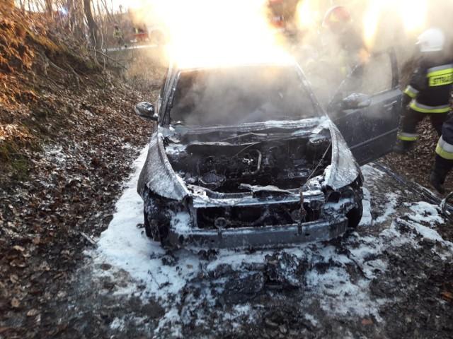 Samochód mimo szybkiej akcji strażaków uległ dużemu zniszczeniu