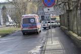 Szpital w Skierniewicach. Droga dojazdowa dla karetek bywa zastawiona autami ZDJĘCIA
