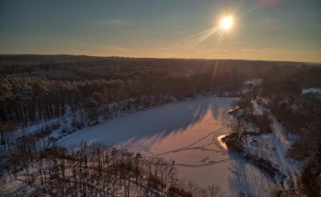 Okolice Jeziora Cegielnia to idealne miejsce zarówno dla spacerowiczów jak i zwolenników dwóch kółek. Pięknie jest tam także zimą. Zobaczcie >>>