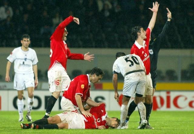 Węgier Miklos Feher zmarł na boisku25 stycznia 2004 roku , w końcóce meczu Benfiki Lizbona z Victorią Guimaraes
