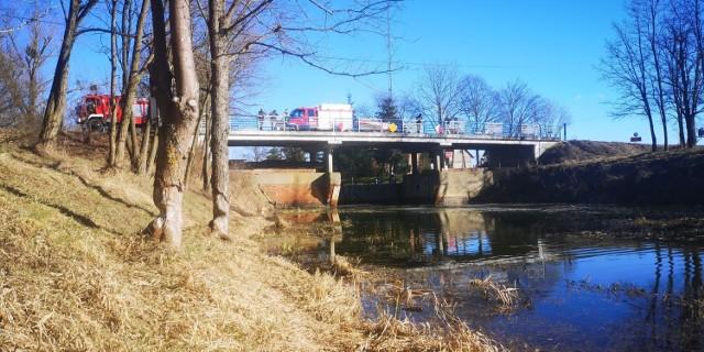 W sobotę, 27 lutego, przed południem, z nieznanych przyczyn samochód osobowy znalazł się w rzece. Na miejscu straż pożarna, pogotowie, policja. Trwa wyjaśnianie szczegółów zdarzenia.