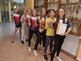 Mistrzowskie dziewczęta ze Szkoły Podstawowej nr 4 biegają bardzo szybko ZDJĘCIA