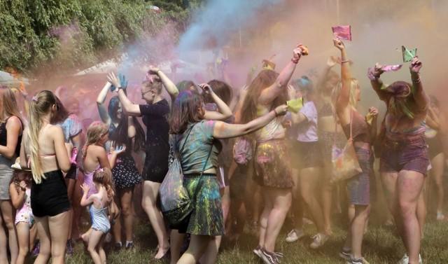"""Na plaży GOW """"Delfin"""" nad Rudnikiem w niedzielę, trwała zabawa w obrzucanie się kolorowymi proszkami w rytm muzyki. Jak widać radości przy tym było sporo."""