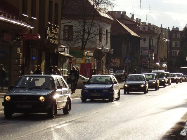 Kierowcy z miasta soli narzekają, że ul. Kazimierza Wielkiego jest  niemiłosiernie zakorkowana