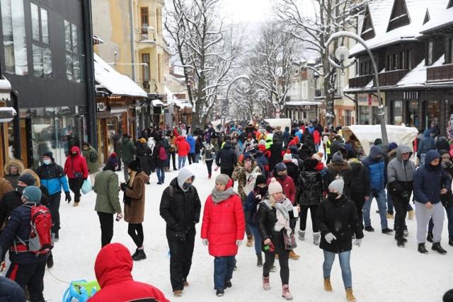 Tak wyglądały Krupówki w Zakopanem w pierwszy weekend po poluzowaniu obostrzeń.
