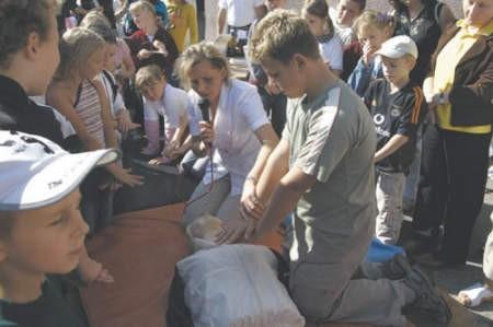 Lekarka Ilona Krzypkowska nie tyle pokazywała, co uczyła udzielania pierwszej pomocy.