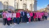 Pracownicy piotrkowskiego starostwa ubrali się na różowo