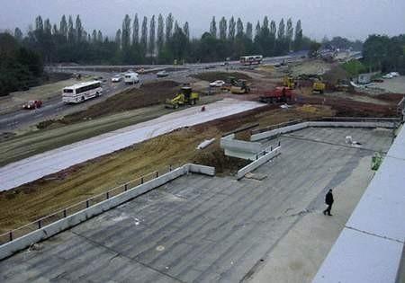 Widok na budowę ronda przy powstającym w Bielsku-Białej Centrum Handlowym Sarni Stok. Prace przebiegają w szybkim tempie.ZDJĘCIE: JACEK LIPIŃSKI