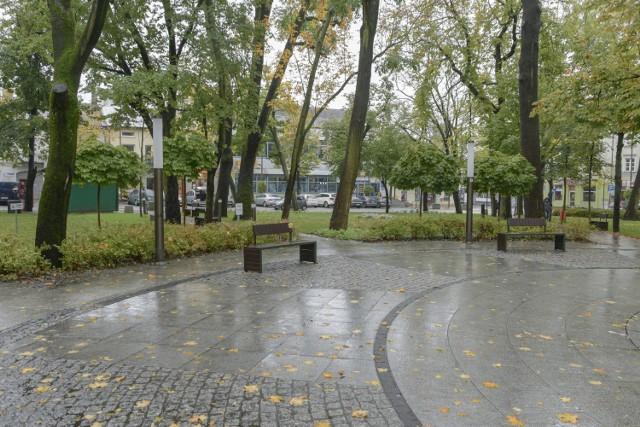 Od soboty, 17 października powiat buski znajduje się strefie czerwonej. Wybraliśmy się z aparatem, żeby udokumentować, jak wygląda Busko - Zdrój w pierwszym dniu po wprowadzeniu restrykcji. Okazuje się, że miasto bardzo opustoszało, na ulicach trudno było spotkać spacerowiczów, na ławkach w parku brakowało kuracjuszy, zamknięte było także targowisko.   >>>Zobaczcie zdjęcia z Buska w czerwonej strefie w sobotę 17 października. Więcej na następnych slajdach