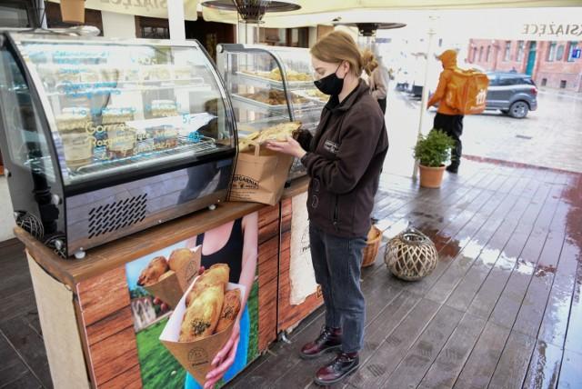 """Pierogarnia """"Stary Toruń"""", która ma kilka restauracji w Toruniu jako jedna z nielicznych przyjmuje zamówienia nie tylko z Torunia, ale także okolic. Na to, że wiele restauracji oferuje dowóz tylko na terenie miasta narzeka wielu klientów, którzy przed lockdownem chętnie odwiedzali lokale gastronomiczne.   CZYTAJ DALEJ >>>>>"""