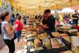 Krakowski Kiermasz Książki na placu św. Marii Magdaleny. Bogata oferta książek z drugiego obiegu [ZDJĘCIA]