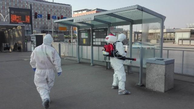 Strażacy ochotnicy odpowiedzieli na prośbę władz miasta i dezynfekują stolicę Wielkopolski.