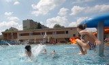 Pierwszy weekend na basenach ROSiR w Rzeszowie. Woda, słońce, kąpiel i opalanie. Zobacz zdjęcia